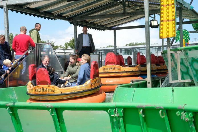 Districtsburgemeester Paul Cordy en havenschepen Annick De Ridder wagen zich aan een rondje 'River Rafting'.