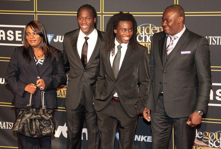 Romelu Lukaku, op de uitreiking van de Gouden Schoen in 2011, met z'n moeder Adolphine, jongere broer Jordan en vader Roger. Beeld BELGA