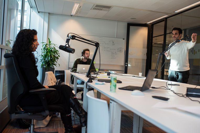 Nadia Ezzeroili, Daan Hofstee en Hassan Bahara aan het werk voor hun onderzoekspodcast Kleine jongens steken niet. Beeld Sabine van Wechem