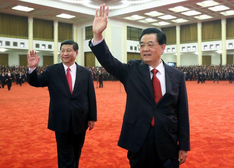 De Chinese president Hu Jintao (rechts) en zijn opvolger Xi Jinping, vorige week donderdag bij de afsluliting van het 18de partijcongres in Beijing. Beeld REUTERS