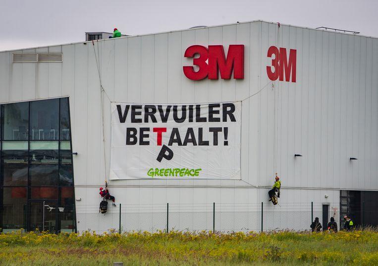 Een actie van Greenpeace bij de 3M-fabriek in Zwijndrecht afgelopen zomer. Beeld Joel Hoylaerts / Photo News