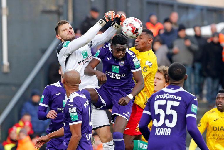 Een luchtduel tussen Anderlecht en KV Oostende. De licenties van beide clubs zijn in gevaar. Beeld Photo News