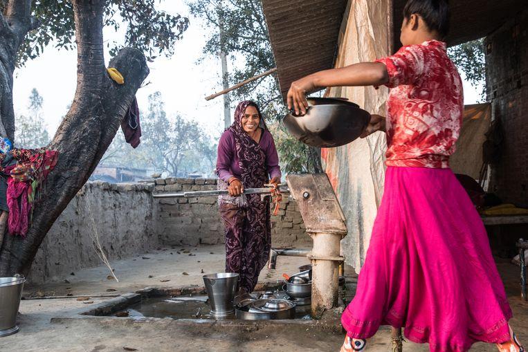 Gunjaulyin het district Barabanki. Soni en haar moeder bij de waterpomp voor hun huis. Beeld MARLENA WALDTHAUSEN
