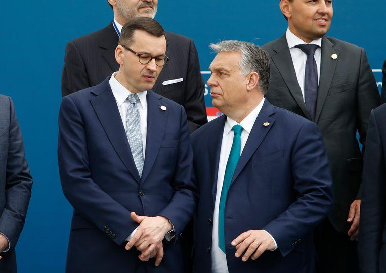 De Poolse premier Morawiecki (links) en de Hongaarse premier Orbán (rechts). Beeld AP