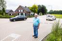 Gerard Verhoeven op de kruising waar maandagavond drie auto's op elkaar botsten met fatale afloop. Op de achtergrond zijn huis.