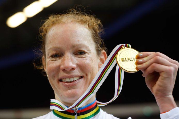 Kirsten Wild viert haar overwinning op het onderdeel Omnium tijdens de wereldkampioenschappen baanwielrennen in Apeldoorn.