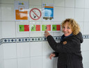 Campingbaas Ineke Hodes van Batenstein bij het 'stoplicht' van de toiletgroep om het aantal bezoekers te reguleren.
