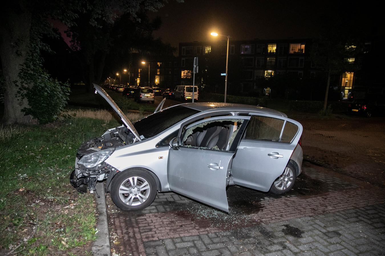 De grijze auto is gestolen, en werd in brand gestoken in Arnhem-Zuid.