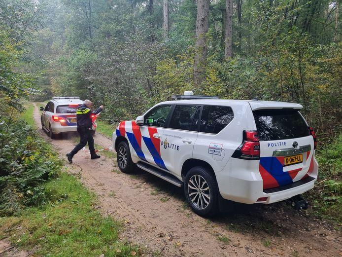 De politie bezig met het onderzoek in het bos bij Braamt waar een dode motorrijder is aangetroffen. Een 27-jarige man uit 's-Heerenberg.
