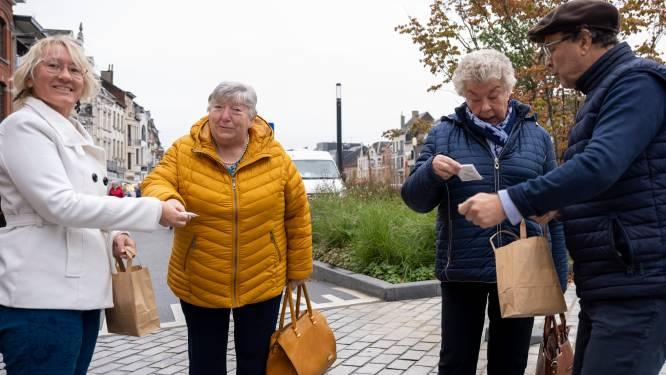 """Stad deelt zakasbaskjes uit tijdens maandagmarkt: """"Helft zwerfvuil zijn peuken"""""""