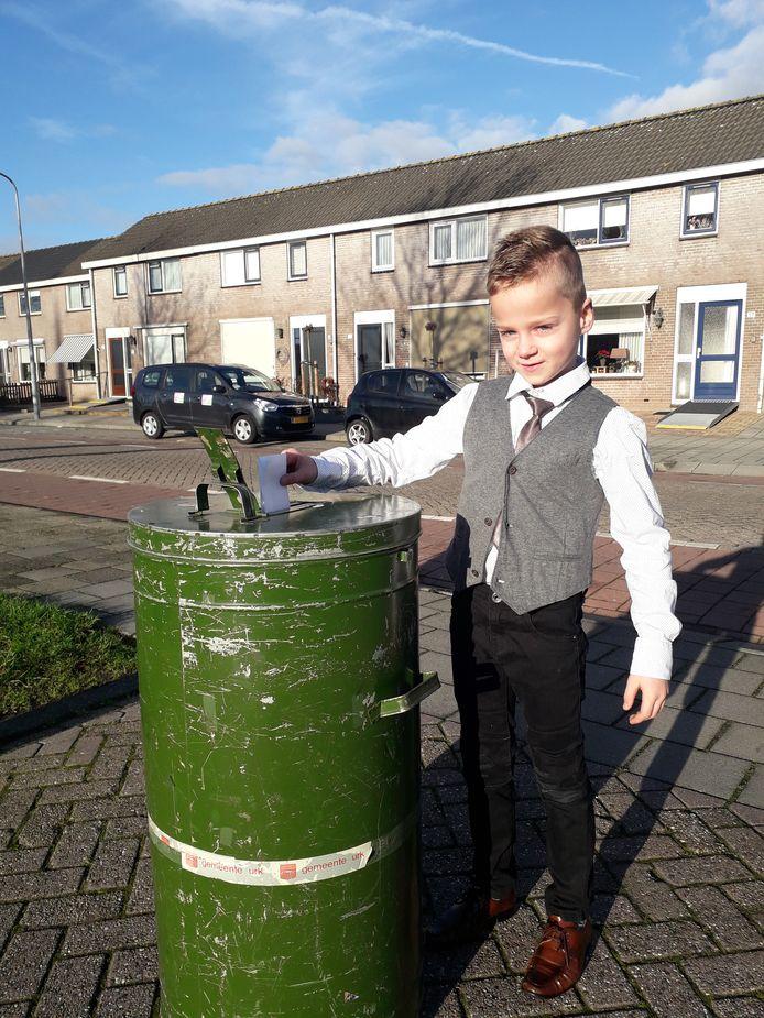 Ook deze jongen uit Urk doet een duit in het zakje. Het dorp haalde in een uur tijd ruim 100.00 euro op voor het goede doel.