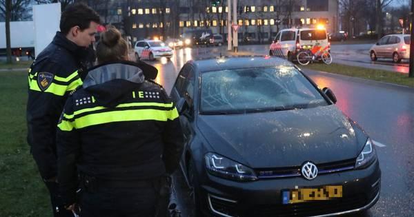 Fietsster gewond na botsing met auto in Apeldoorn.