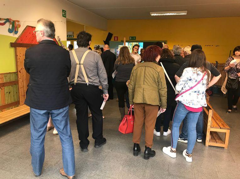De rij wachtenden in het stemlokaal aan de Oude Gentbaan.