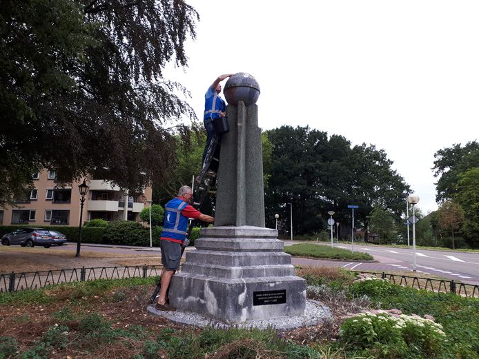 Gerard Fransen (op trap) en Wim Edens schrobben het Esperanto Monument schoon