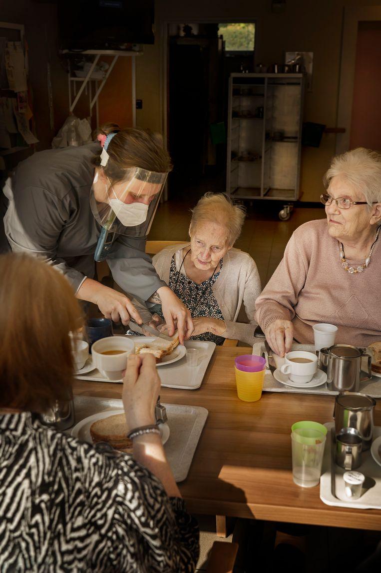 Etenstijd in woon-zorgcentrum Cecilia. Hier vonden 16 van de 40 overlijdens in Alken plaats. Beeld Eric de Mildt