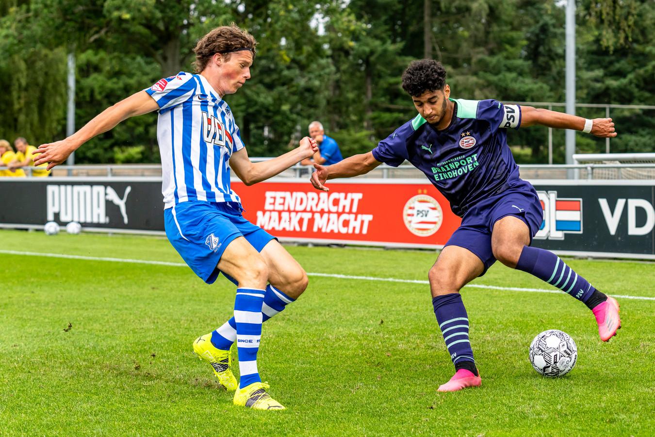 David Janssen in actie voor FC Eindoven tegen Jong PSV. Rechts Ismael Saibari.