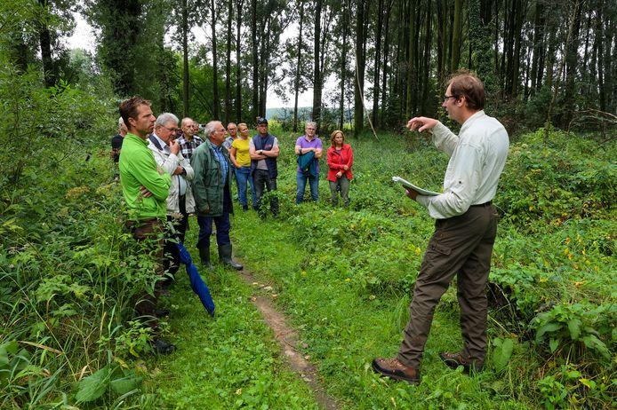 Twan van Alphen van Bosgroep Zuid Nederland geeft uitleg over het herstel van de leembossen in Boskant en de Scheeken.