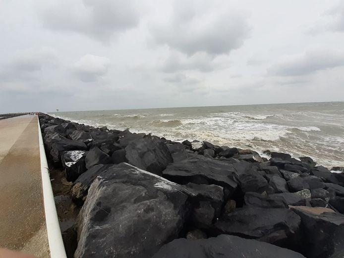De rotsblokken van de Oostelijke strekdam in Oostende: hier wil je als surfer absoluut niet in terecht komen bij hoogtij.