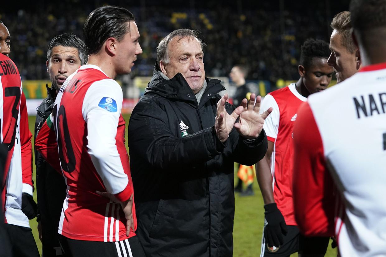 Dick Advocaat en Steven Berghuis voor de verlenging van het bekerduel tegen Fortuna. Feyenoord won pas in de extra tijd, 2-1. Beeld ANP Sport