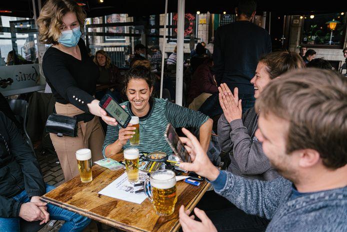 L'impegno della maschera per la bocca sta scomparendo nel settore della ristorazione.