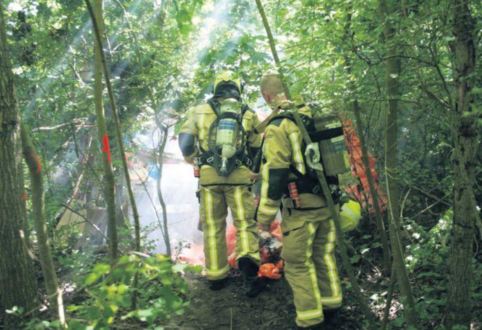 Illegale slaapplekken in parken zorgen ook in Den Haag voor overlast. Dit weekend kwam de brandweer in actie toen een zwervershut in de Scheveningse Bosjes vlam vatte.