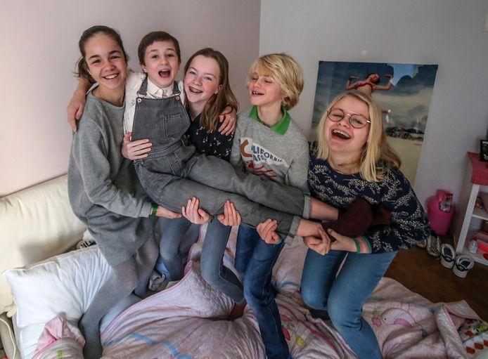 Emma Schumann wordt letterlijk op handen gedragen, hier door haar vriendinnen Anouck De Brabant, Nora Tibergyn, broer Rafael en Lore Marcoen.