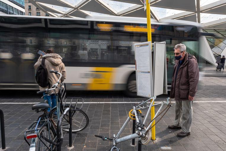 Mensen wachten op een bus tijdens een staking bij De Lijn in oktober. Beeld BELGA