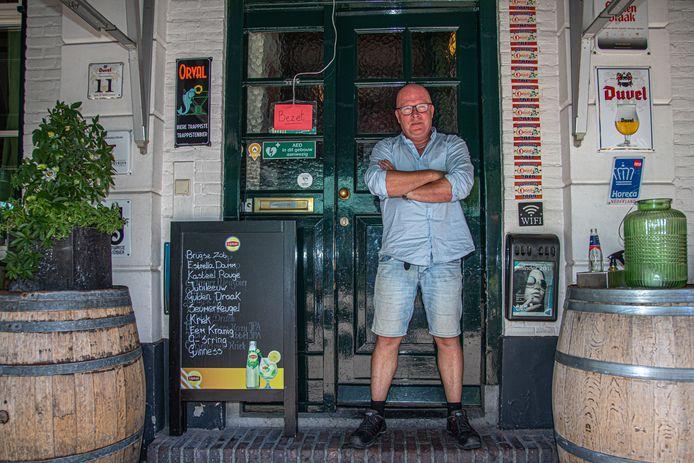 Jos Piening van Café de Gezelligheid sluit het binnengedeelte van zijn horecazaak in Zwolle. 'Niet te doen, die anderhalve meter', stelt hij.