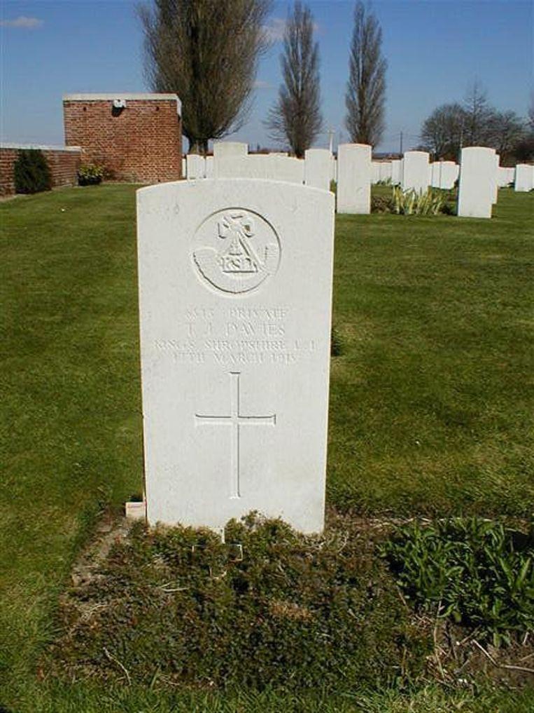 Het graf van George Llewelyn Davies in Voormezele.
