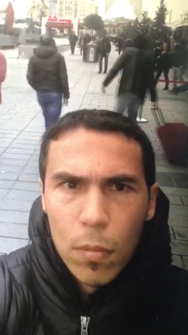 In een selfievideo is te zien hoe de voortvluchtige terrorist zichzelf filmt in Istanboel. De video verscheen gisteravond bij Turkse media. Beeld AFP