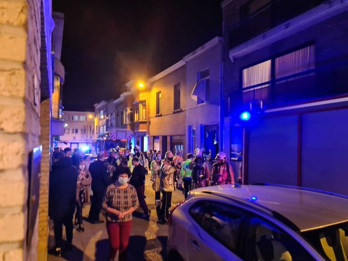 Omstaanders hielpen de bewoners met blussen na een aanval met een molotovcocktail in de Kerktorenstraat in Diegem.