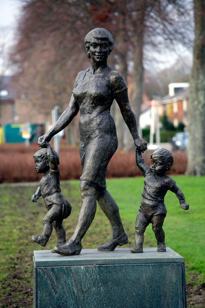 Werken van kunstenaar Marcus Ravenswaaij komen we op veel plekken in Nederland tegen en zeker in deze regio. Aan de Graaf Willemlaan staat het in brons gegoten beeld Moeder met tweeling. Het kunstwerk van Van Ravenswaaij (Gorinchem, 11 juni 1925 – Hoogblokland, 19 april 2003) werd in 1969 geplaatst.