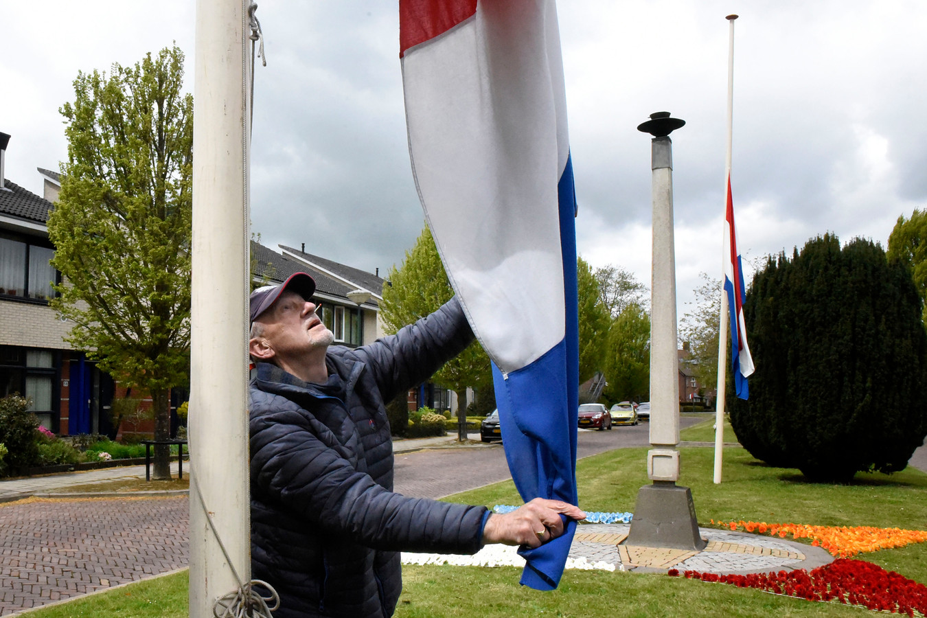 Marcel Koopmans bij de vlaggen die nu halfstok hangen, ze mogen vandaag tot zes uur bovenin hangen, maar Koopmans werd plat gebeld.