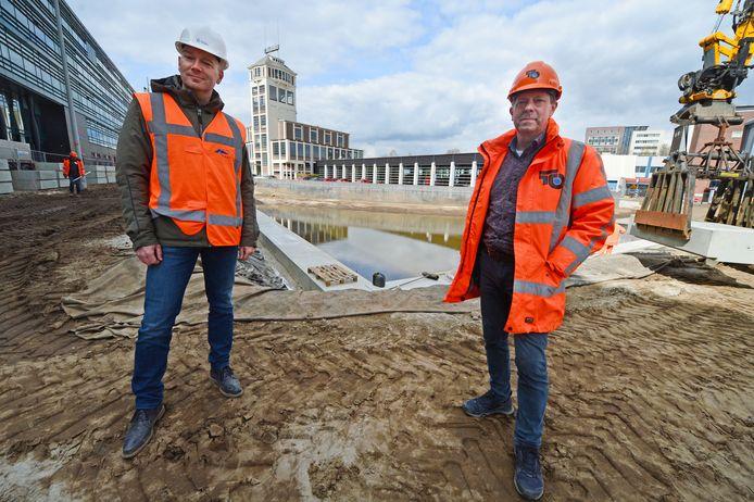 Marco Nijhuis (directievoerder gemeente, links) en Jeroen Bruyns (projectleider Negam) bij het enorme gat tussen het ROC van Twente en de brandweerkazerne.