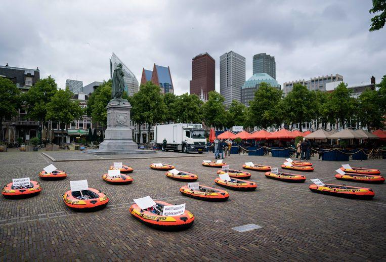 Een actie met roeibootjes en kinderschoenen op het Plein in Den Haag eind juni voor het opnemen van vluchtelingenkinderen uit Griekse kampen in Nederland. Beeld ANP