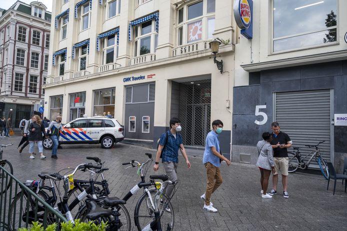 Politie voor de studio van RTL Boulevard aan het Leidseplein in Amsterdam.