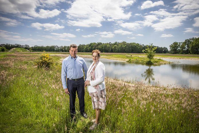 Uitvaartondernemer Jan Nijhuis en zijn partner Joke Beenakker bij de vijver op de natuurbegraafplaats in het buitengebied tussen Bentelo en Hengevelde.