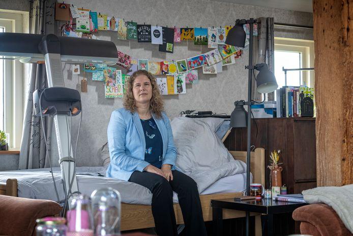 Lennie Bunnik in haar woonkamer waar zij ook slaapt.