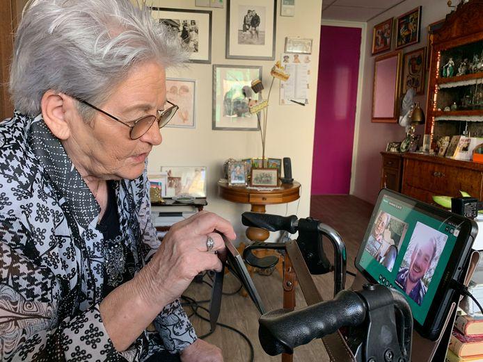 Beeldwandelen voor mensen met dementie die door corona geen bezoek meer kunnen ontvangen. Op de foto: Willie Jaring (81)