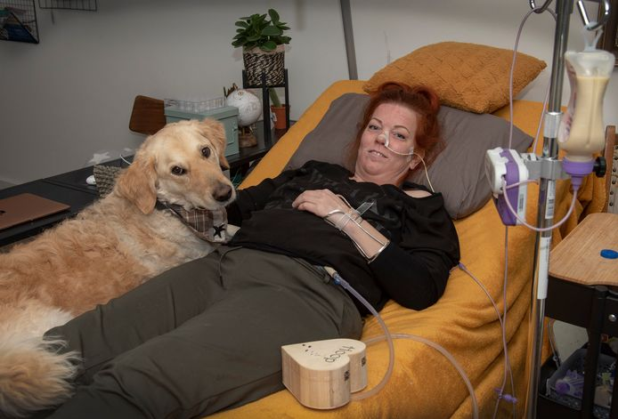 Anne van Dijk, thuis in Boxmeer, in bijzijn van haar hond Ties.