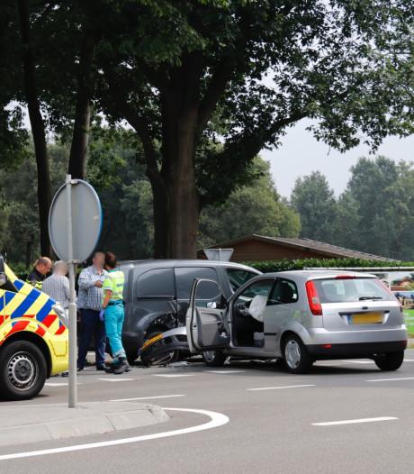 Twee wagens botsen op N271, niemand gewond