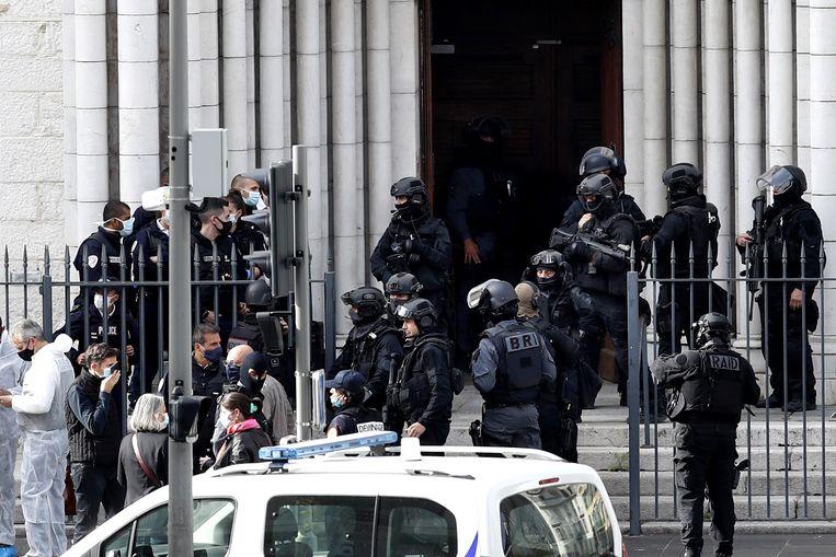 De ingang van de Notre Dame basiliek in Nice na de aanslag. Beeld EPA