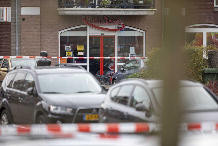 Voor een Poolse supermarkt in Aalsmeer is een verdacht pakket aangetroffen. De politie heeft de omgeving afgesloten, omliggende woningen zijn uit voorzorg ontruimd.  Beeld ANP