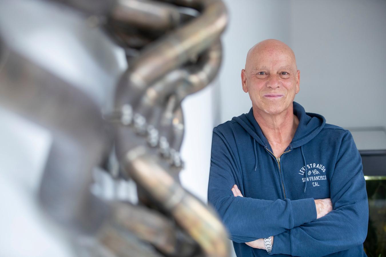 Formule 1-fotograaf Peter van Egmond reist al zo'n 30 jaar de hele wereld over om de Formule 1-wereld vast te leggen. In zijn woonkamer hangt een relikwie uit de koningsklasse van de racerij: de uitlaat van een V10-motor.