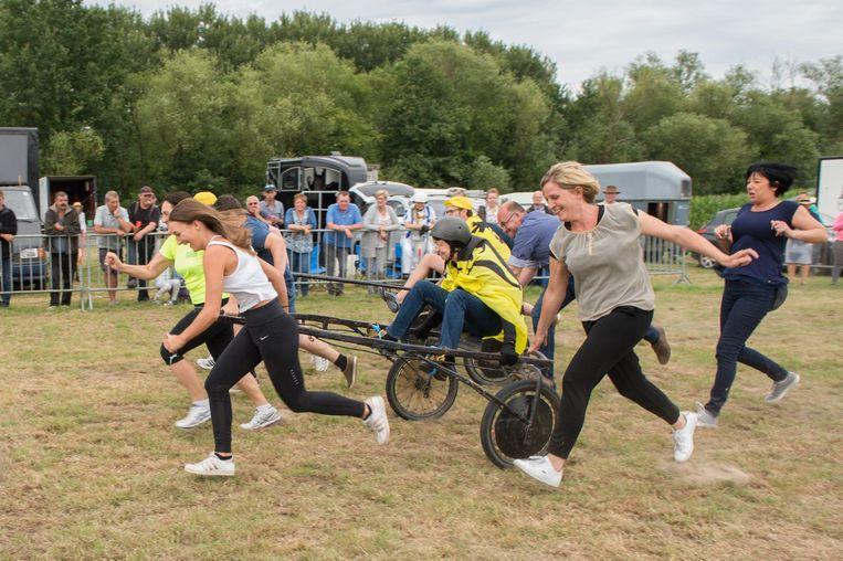 Deelnemers amuseerden zich in een ludieke race.