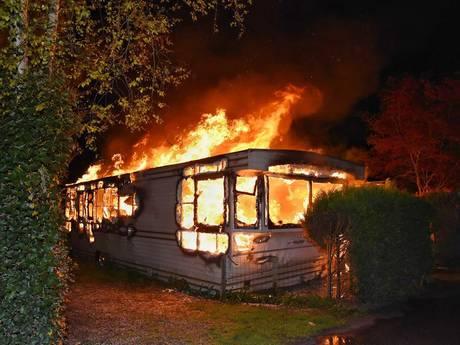 VIDEO: Caravan uitgebrand op camping Oisterwijk
