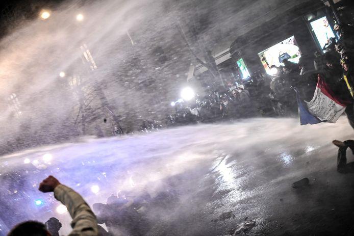 In Parijs gooiden een aantal demonstranten projectielen naar de politie, die op haar beurt reageerde met de inzet van waterkanonnen.