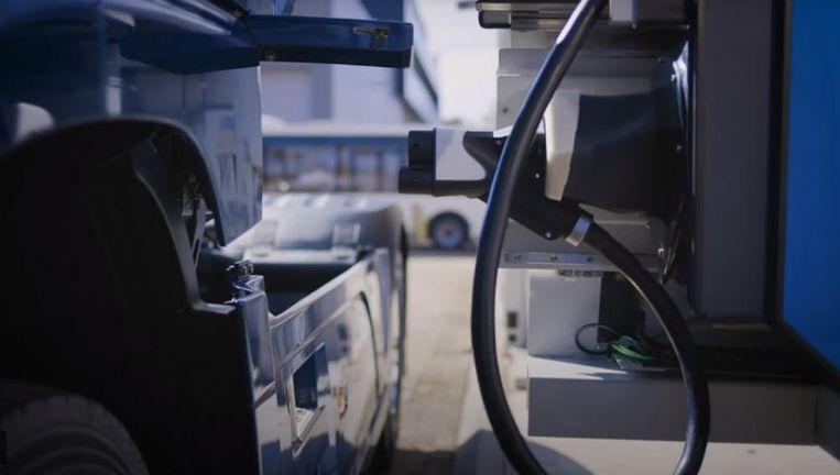 Een laadrobot, ontwikkeld door de Nederlandse bedrijven Rocsys en VDL en hun Zwitserse partner Grivix, nadert de laadstekker van een truck. Beeld Rocsys
