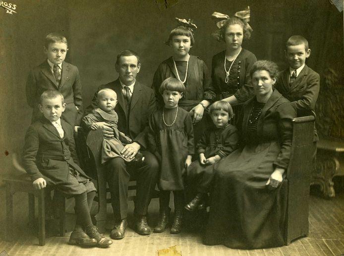 Johanna (de oudtante van Wim Rovers) en Janus emigreerden in 1908 vanuit Uden naar Little Chute, VS. Foto van het gezin in 1922.