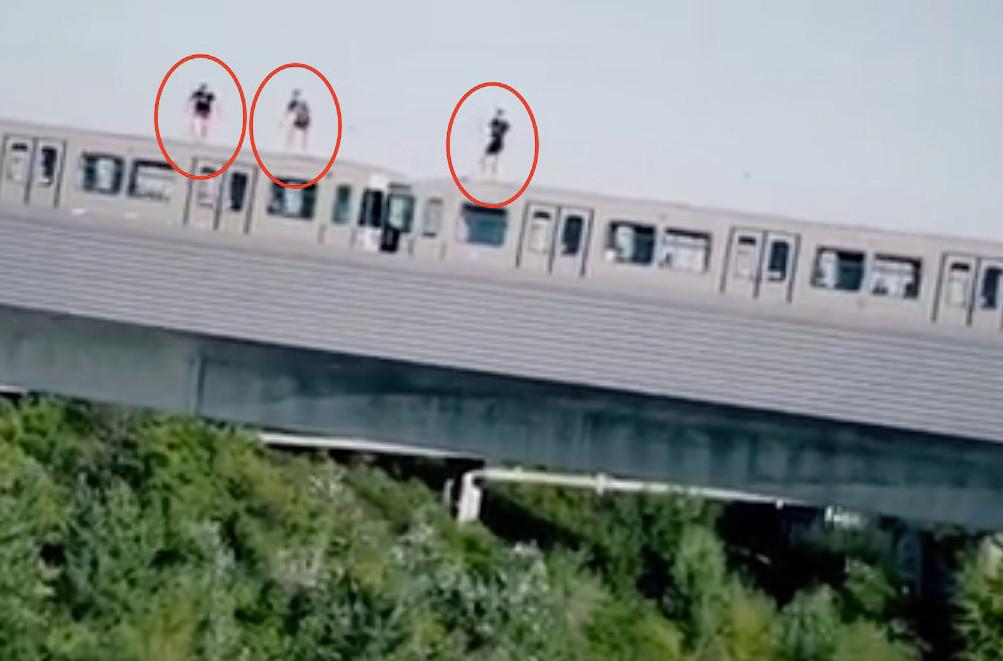 Vanaf het dak van een rijdende metro springen de drie naar beneden.